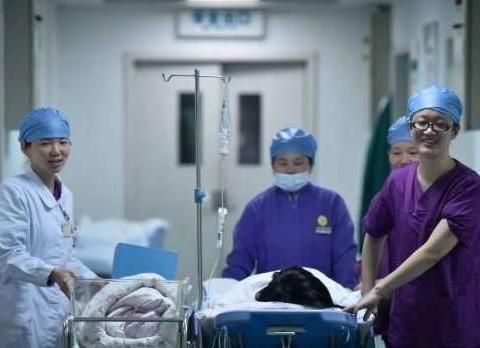 """""""我想上厕所!"""",孕妈待产时强烈要求,医生:你不要命了?"""
