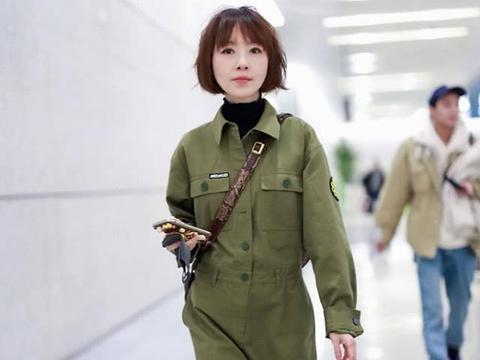 鲁豫穿连体工装走机场,帅气造型气场强,身材瘦的衣服快撑不起来