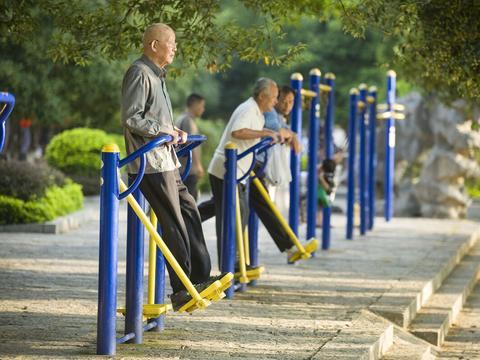 冬季温差大,老年人如何预防中风?这2招效果还不错,不妨一试
