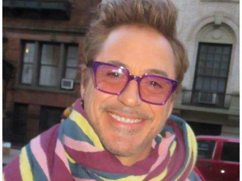 55岁小罗伯特·唐尼录制儿童节目!一身红色装扮,变身糖果精灵