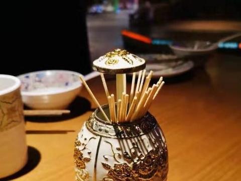 青岛还有这么异域的餐厅,看新疆小姐姐跳舞,赶集市就餐