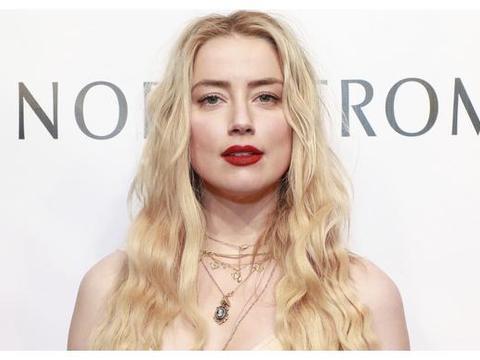 海后Amber Heard金发金衣,美如仙女下凡
