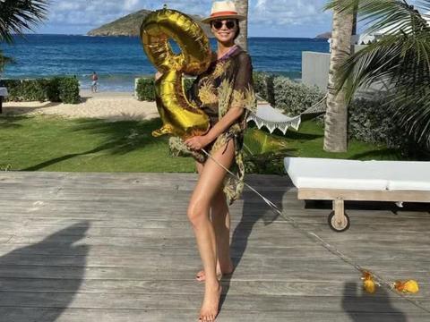 邓文迪海边度假秀超长美腿,51岁的她拥有令人羡慕的身材