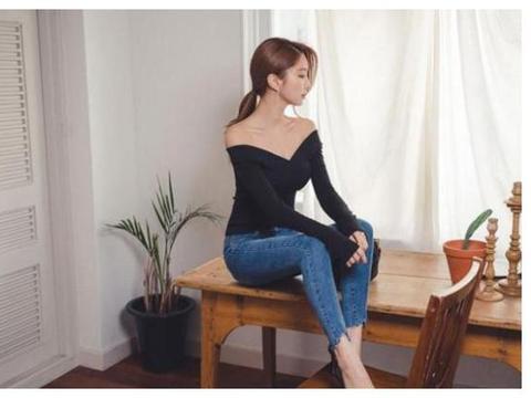黑色V领长袖衫搭配紧身牛仔裤, 为什么女牛仔裤比男牛仔裤好看?