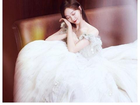 """被《创造101》淘汰的她,如今逆袭穿""""婚纱"""",犹如待嫁的新娘"""