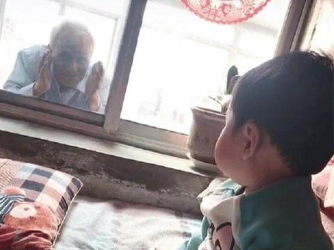 """85岁祖父趴在窗户上, """"偷看""""1岁宝宝, 却让无数人潸然泪下"""