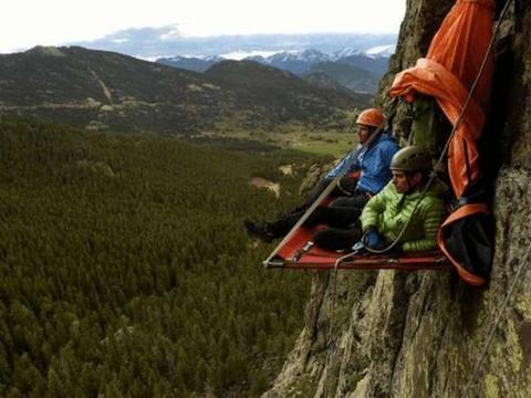 世界上最危险的极限挑战,靠钉子挂在悬崖上,风一吹都摇晃不止