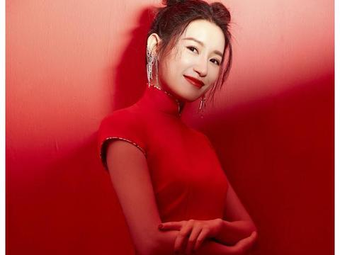 """""""尔晴""""苏青红色旗袍搭配清爽的妆容和娇艳的唇色,美得动人心弦"""