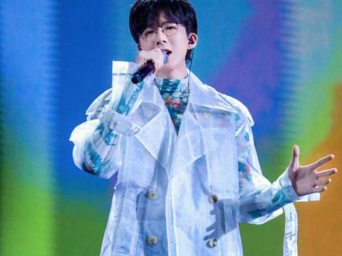 刘宇宁时尚感再升级,白幔雨衣穿出高级感,随拍糊图遮挡不住神颜