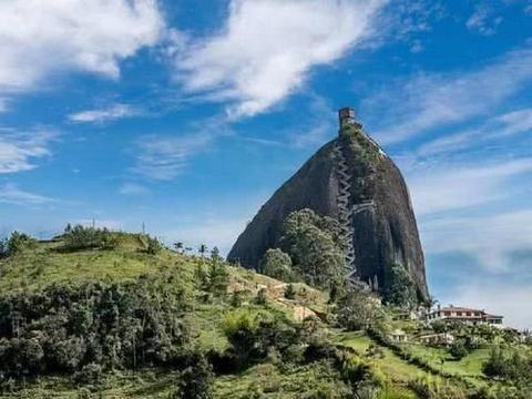 世界上最奇特房子:修建在200多米的巨石上,回家一趟要爬半天