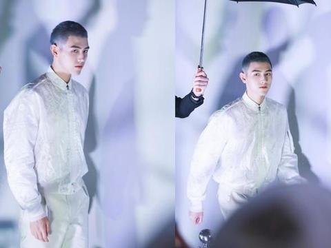 陈飞宇男装周看秀,棒球服配白色西裤未来感十足