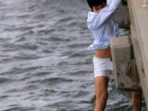 小伙大白天脱掉裤子跳水中,看到下一幕,女网友纷纷表示想嫁他!