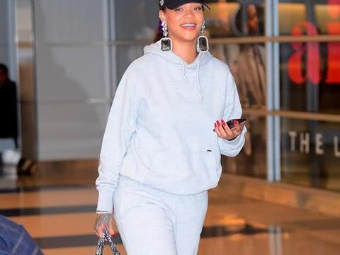 蕾哈娜的机场穿搭没人敢模仿,她的鞋子和行李箱让人看了超佩服