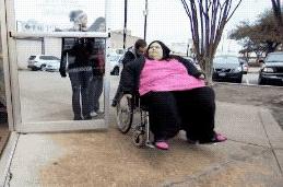650斤女子只能坐轮椅,男友体贴照料,减肥成功后男友却要分手