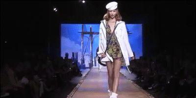 闪瞎眼的时装周造型,模特肩上扛人,头裹零食袋,真是时尚?
