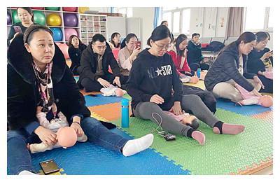 满洲里市人民医院孕妇学校开设新生儿抚触课程