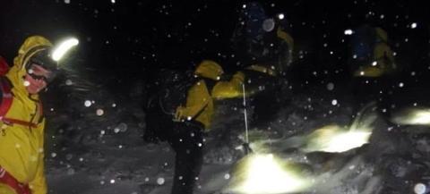 苏格兰山区救援人员在暴风雪中艰苦跋涉,终于找到徒步旅行者