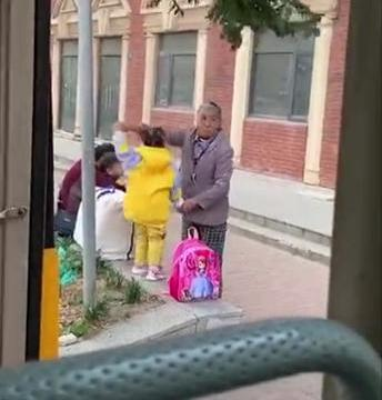 奶奶带着孙女等校车,祖孙俩相抱的画面,网友:真让人暖心