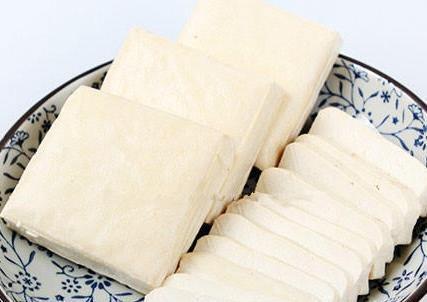 两块白嫩的豆腐干炒出的香辣美味,就是太费米饭了