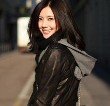 陈奕迅老婆徐濠萦背超大号香奈儿包包, 卫衣上印着王菲的头像