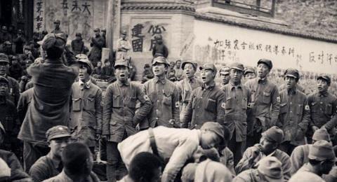 中国军队如何优待战俘?给鬼子办欢送会,鬼子笑嘻嘻抽烟