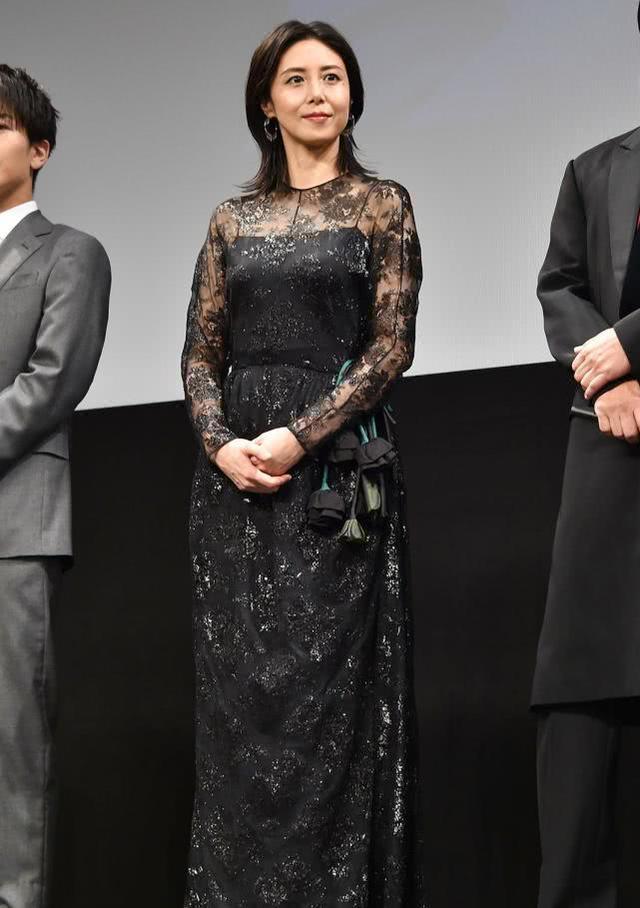 46岁松岛菜菜子优雅亮相,体型20年不变让人服气,无惧眼纹很从容