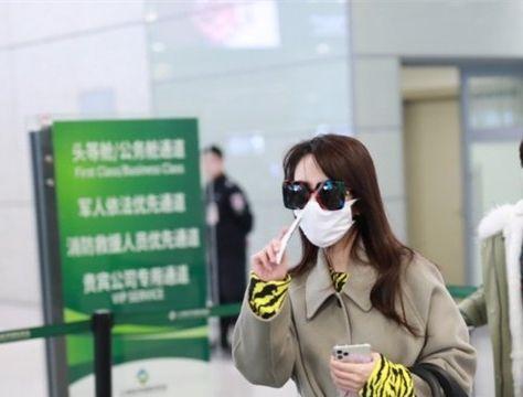 王晓晨戏外好低调,穿超长大衣走机场,墨镜口罩包裹严实认不出