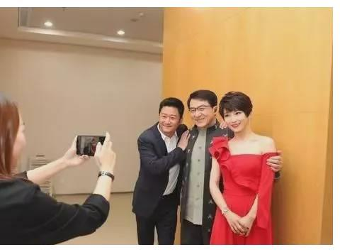 吴京夫妇与成龙大哥合体亮相,谢楠一身红裙,网友:都没明星架子