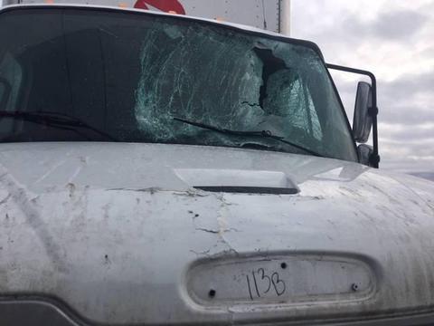 加拿大一邮递货车被冰块打破挡风玻璃 司机受重伤