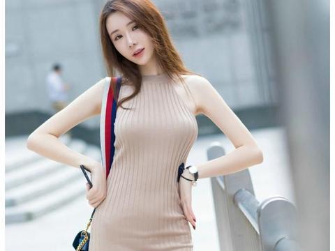 咖色针织连衣裙,彰显模特的女人味