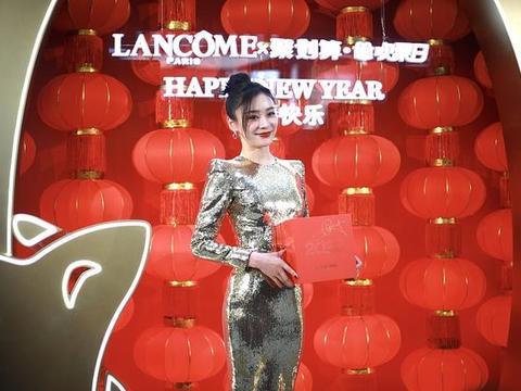 33岁袁姗姗亮相某活动 穿银色亮片紧身裙 黑发红唇好身材尽显