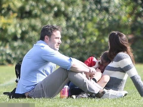 本阿弗莱克与前妻詹妮弗带孩子亲密聚会,曾因出轨保姆离婚