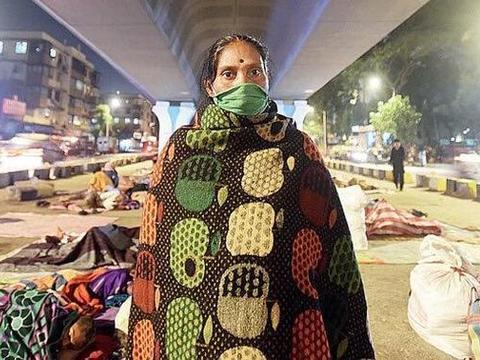 印度孟买上百癌症病人露宿天桥下,环境恶劣,因没钱住宾馆