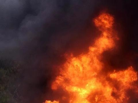 惊险!轿车在高速上起火烧成废铁,这个做法救了司机一命