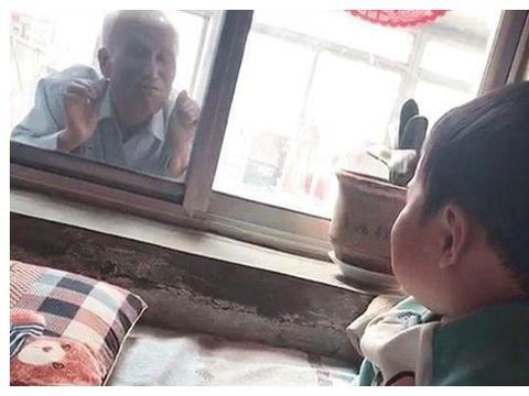 """最暖隔辈亲!85岁祖父趴窗台""""偷看""""1岁宝宝,让无数网友泪目!"""