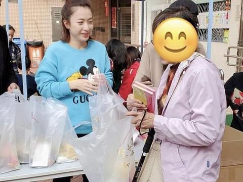 甘比与丈夫刘銮雄真大方,捐40亿帮助弱小,还亲自送物资到社区