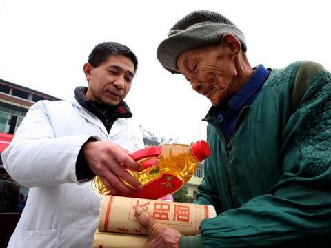 邓州市医药有限公司:救助扶贫暖人心