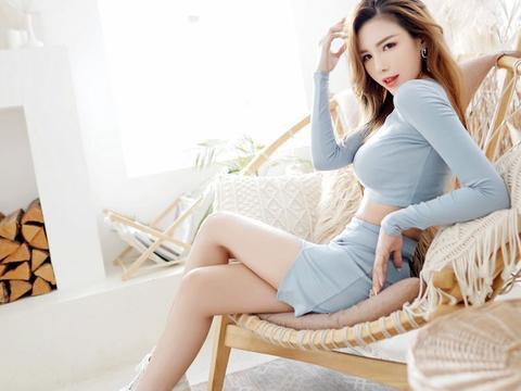 性感美女游燕山,凹凸有致的身材,很是迷人,一双大长腿很是亮眼