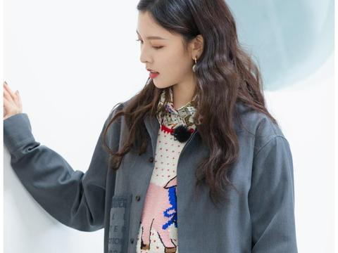 宋妍霏简直娱乐圈穿搭范本,灰西装内叠穿衬衫,简洁活力不乏时尚