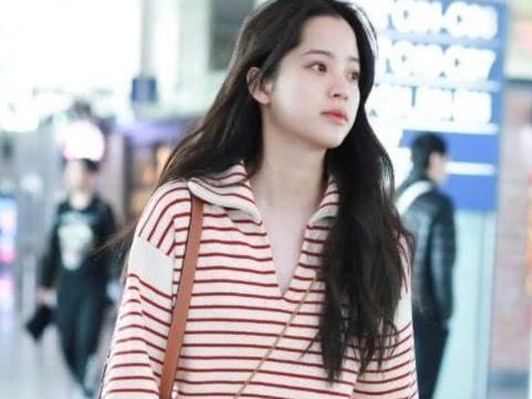 20岁欧阳娜娜机场私服,7k4的红白条纹衫+黑色紧身裤