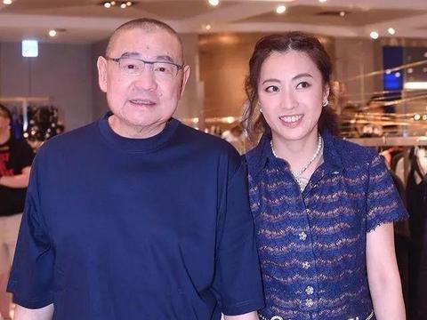 甘比成了刘銮雄的慈善招牌,亲自动手帮助老人小孩,豪捐了35亿