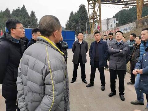 四川西充县路政大队加强板桥子施工作业路段安全监管