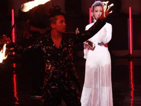 组图:劲歌金曲奖各奖项颁出 泳儿演唱时伴舞意外着火