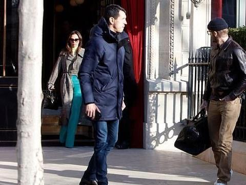 贝嫂踩高跷秀长腿,绿色裤子很抢眼,小贝戴瓜皮帽时尚帅气