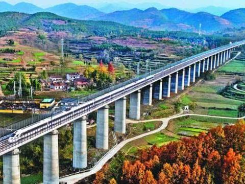 为什么高铁行驶不在平地上,非要在高架桥上?听听工程师怎么说的