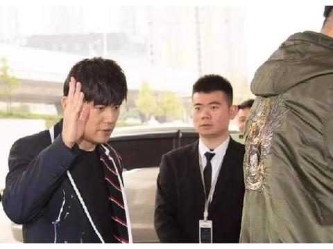 网友偶遇周杰伦昆凌夫妇在长沙拍摄MV,昆凌短发造型清纯甜美