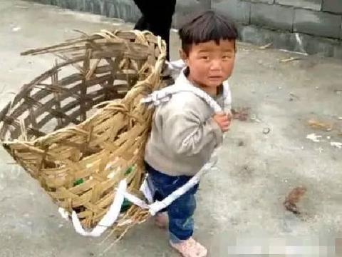 男孩背着大竹筐,帮奶奶捡瓶子,看见孩子的眼神,瞬间泪目