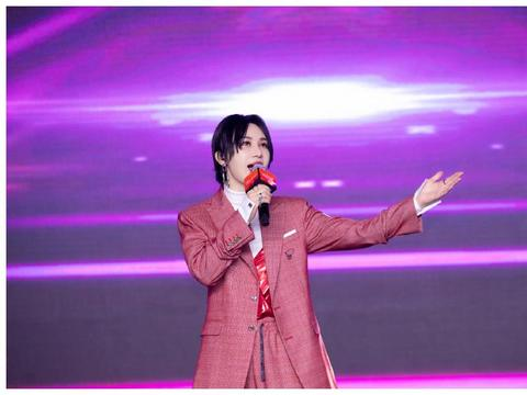 尚雯婕酷飒上线,红色格纹西服休闲帅气,短发造型霸气潇洒