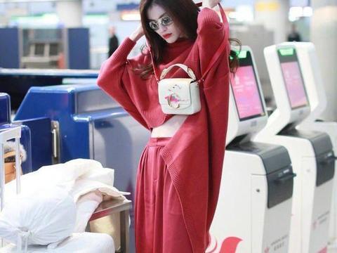 """何穗真是""""行走的衣架子"""",红色套装好醒目,美成全场的焦点"""