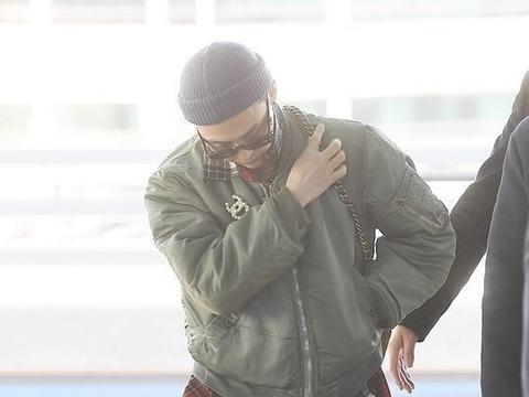 权志龙机场造型,绿色棒球服搭配牛仔裤,干练清爽的穿搭时尚感
